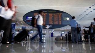 Бездомный «случайно» украл около 500 тысяч евро в аэропорту Шарль-де-Голль. Полиция его нашла тоже «случайно»