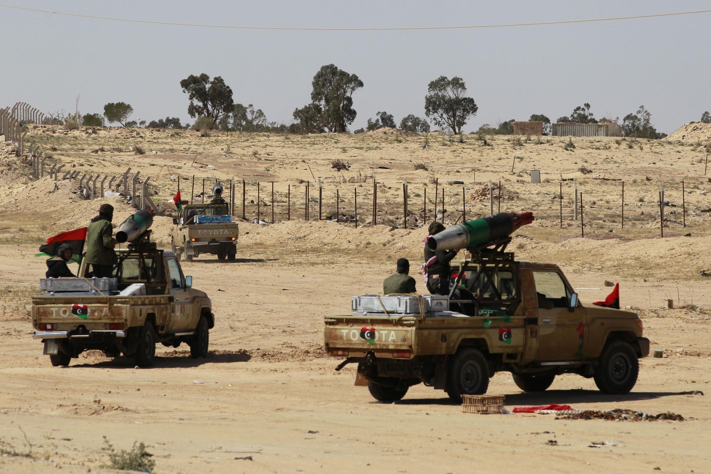 Вооруженные силы повстанцев близ Адждабии 10 апреля 2011 г.