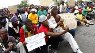 Des manifestants rassemblés non loin d'un site exploité par le géant minier Amplats. Rustenberg, le 16 septembre 2012.