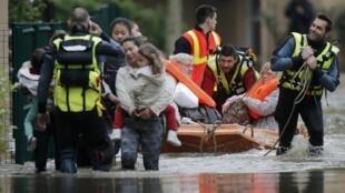 Nhân viên cứu hộ Pháp sơ tán người dân bị ngập lụt tại Longjumeau, nam Paris, ngày 02/06/2016