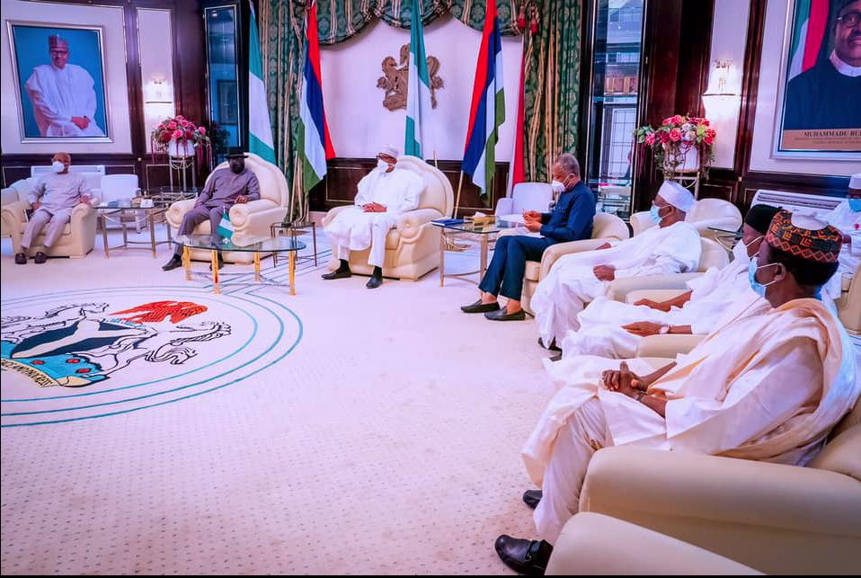 Tsohon shugaban Najeriya Goodluck Jonathan jakadan ECOWAS na sasanta rikicin Mali, yayin ganawa da shugaban Najeriya Muhammadu Buhari da sauran mukarrabansa a fadar gwamnati dake birnin Abuja.