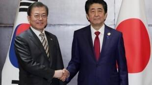 Le Premier ministre japonais Shinzo Abe (à droite) et le président sud-coréen Moon Jae-in (à gauche) le 23 décembre à Chengdu.