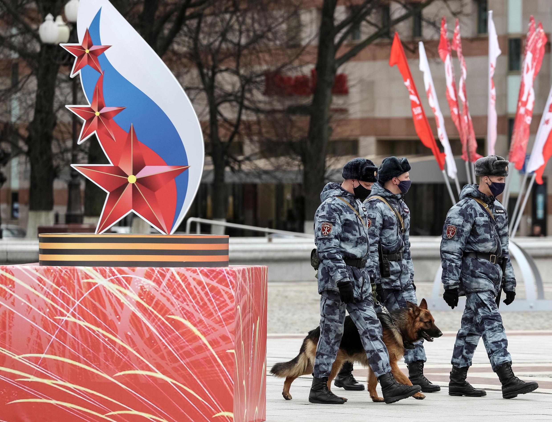 О том, где произошли случаи заражения пока не сообщалось. На фото: бойцы Росгвардии патрулируют улицы Калининграда.
