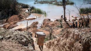 Des mineurs dans une mine près de Kolwezi en RDC (image d'illustration).