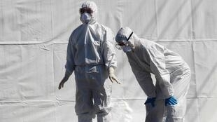 Nhân viên y tế Hàn Quốc trong trang phục bảo hộ tại một điểm kiểm tra virus corona, quận Cheongdo, gần thành phố Daegu, Hàn Quốc.