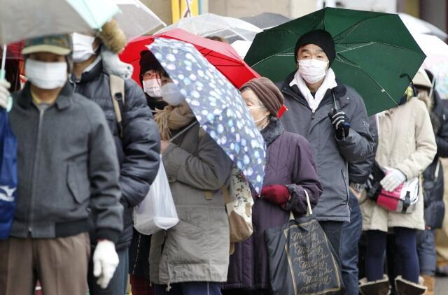 Habitantes de Sendai, no Japão, fazem fila na farmácia para comprar remédios.