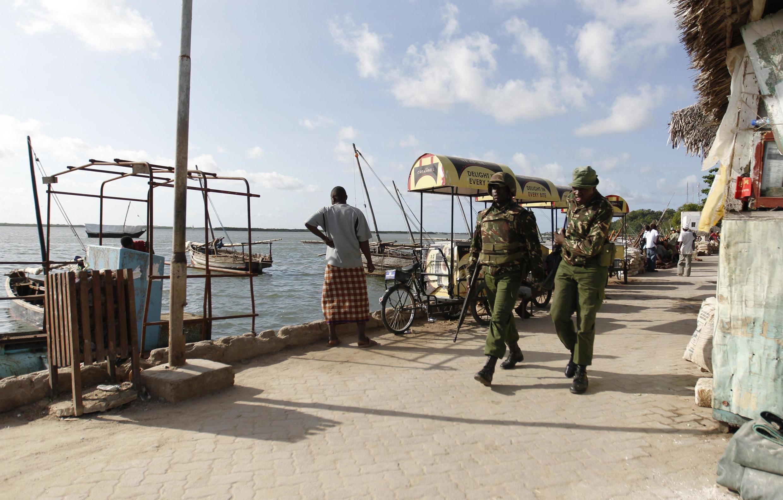 Кенийские полицейские патрулируют прибрежный город Ламу, 19 июня 2014 г.