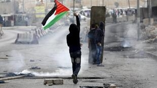 Un manifestant palestinien, durant les heurts avec l'armée israélienne, près de Ramallah, le 6 octobre 2015.