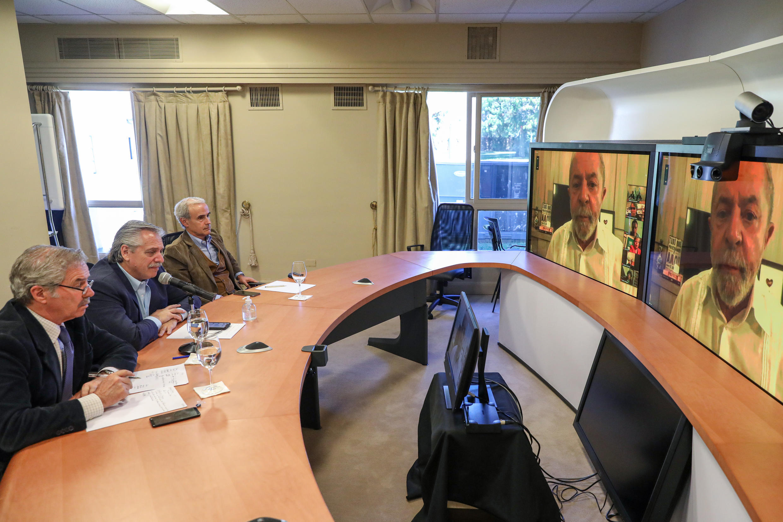 Presidente e chanceler argentinos conversam com ex-presidente Lula por teleconferência no dia 10 de abril. Foto Presidência Argentina