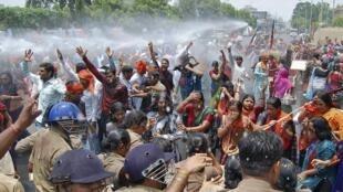 Des manifestants du Bharatiya Janata Party (BJP) dispersés par la police, dans l'Etat de l'Uttar Pradesh, le 02 juin 2014.