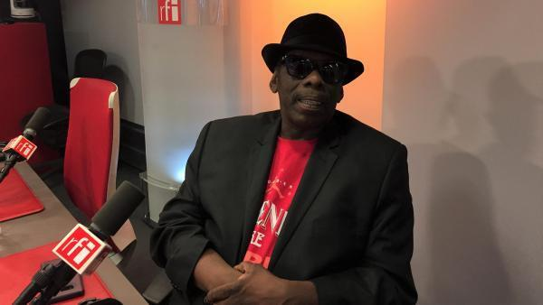 Lucky Peterson au micro de Joe Farmer en novembre 2017.
