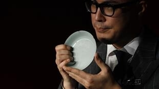 O presidente da Sotheby's Ásia, Nicolas Chow, mostra a peça vendida por mais de 26 milhões de dólares nesta quarta-feira, em Hong Kong.