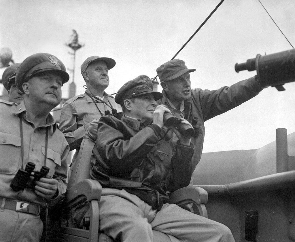 ឧត្តមសេនីយ៍ Douglas MacArthur (ទី២រាប់ពីស្តាំទៅឆ្វេង) នៅក្នុងអំឡុងប្រតិបត្តិការវាយលុកដណ្តើមក្រុង Incheon ពីកងទ័ពកូរ៉េខាងជើង