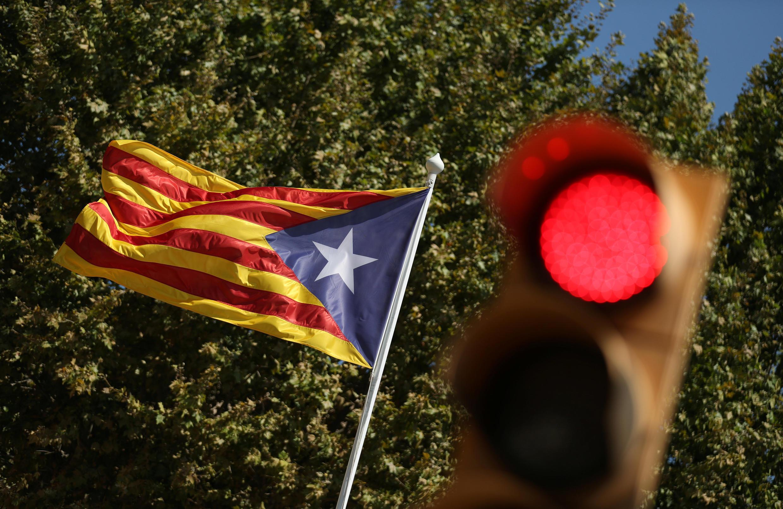 Una estelada (bandera independentista catalana) junto a un semáforo en rojo en Alella, al norte de Barcelona, el 5 de septiembre de 2017.