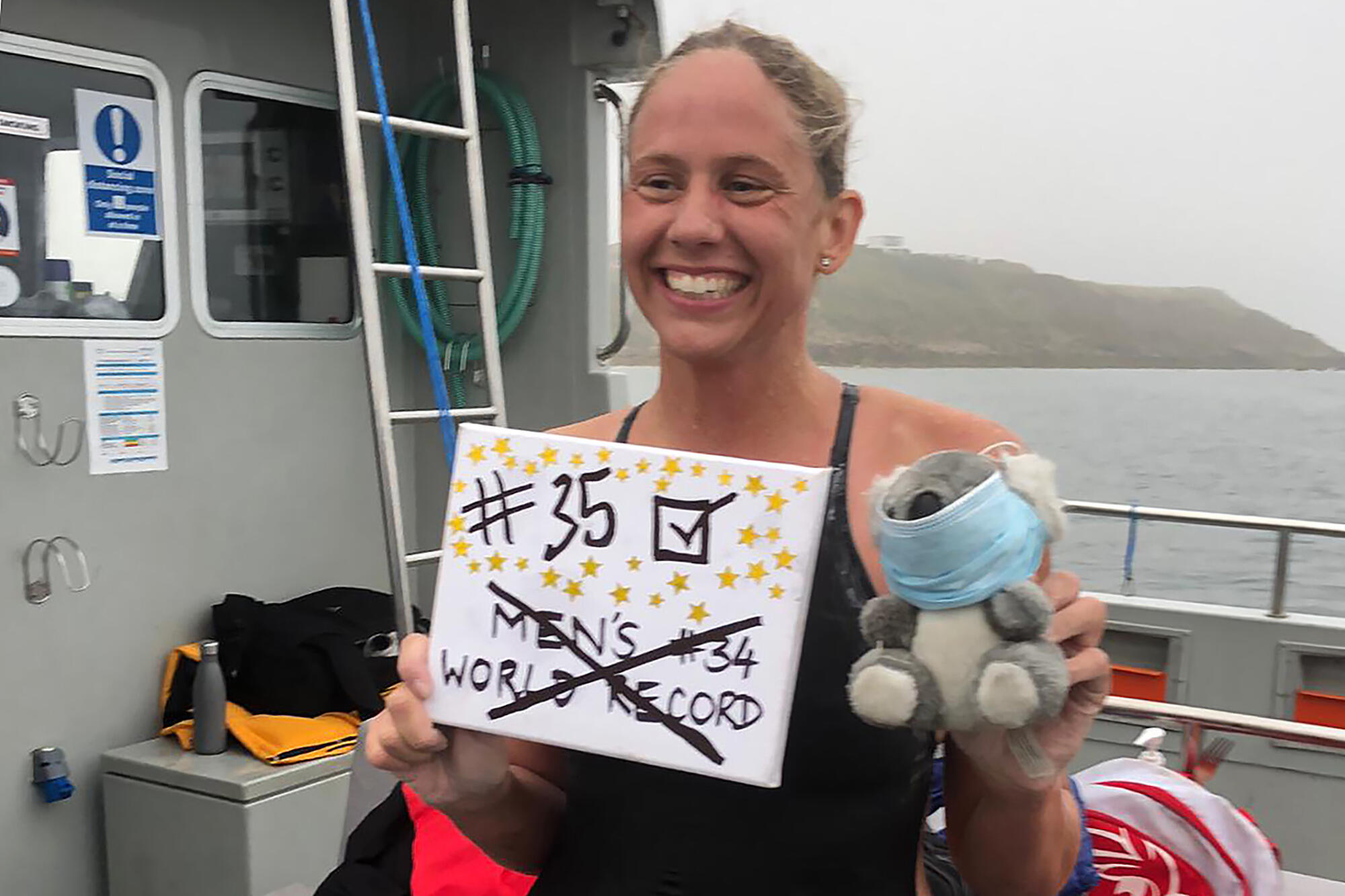 La nadadora australiana Chloe McCardel celebra a bordo de su barco de apoyo, el éxito de su 35ª travesía del Canal de la Mancha, el 16 de agosto de 2020 frente a la costa de Calais, al noreste de Francia