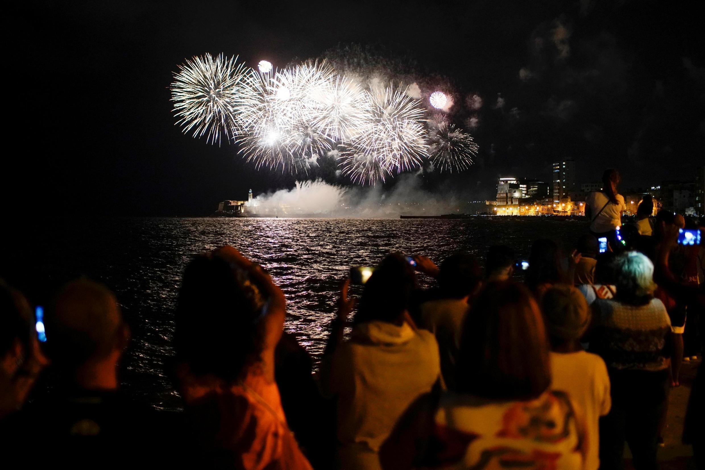 Người dân Cuba đón xem pháo hoa mừng La Habana tròn 500 năm, ngày 15/11/2019.