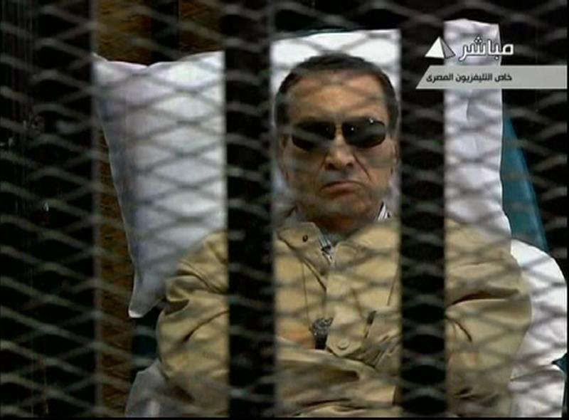 Phiên tòa đầu tiên xử ông Mubarak thu hút sự chú ý của thế giới : Lần đầu tiên một lãnh đạo Ả Rập bị người dân lật đổ phải ra trước tòa án (REUTERS)