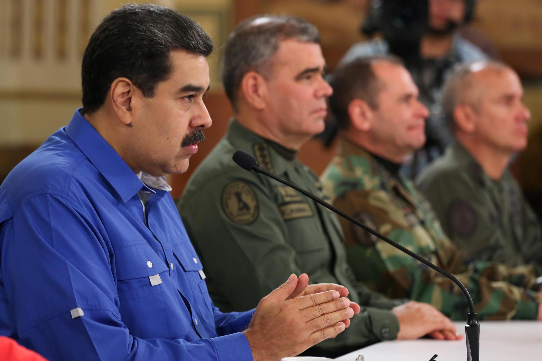 Tổng thống Venezuela Nicolas Maduro (T) trong cuộc họp với các lãnh đạo quân đội tại Caracas, ngày 30/04/2019