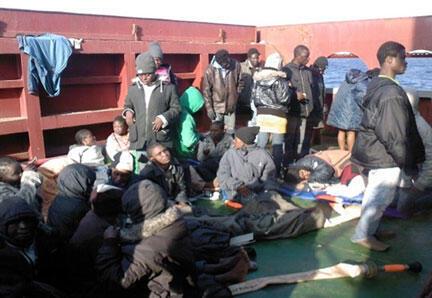 Parmi les 140 migrants clandestins accueillis sur un cargo turc, certains sont malades et nécessites une prise en charge médicale.