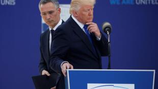 Presidente dos EUA, Donald Trump, em frente ao secretário-geral da OTAN, Jens Stoltenberg, em 25 de maio de 2017
