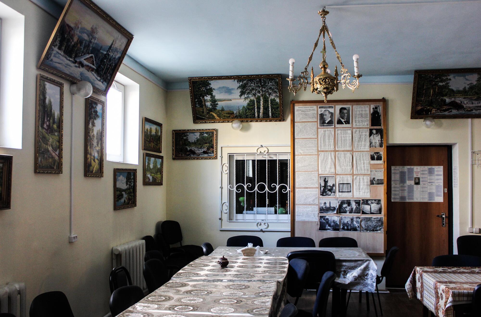 Трапезная Свято-Троицкого храма. После каждой службы здесь организуют обед и ужин для прихожан. На стене – портреты Владимира Путина и Дмитрия Медведева.