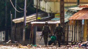 Militaires postés dans le quartier de Gnariwada en proche banlieue de Conakry, le samedi 24 octobre 2020.