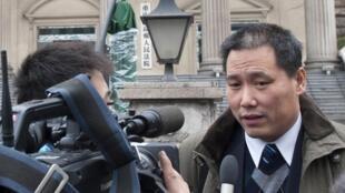 Ảnh Luật sư  Phố Chí Cường (Pu Zhiqiang) lúc  trả lời báo chí tại Trùng Khánh, ngày 28/12/2012.