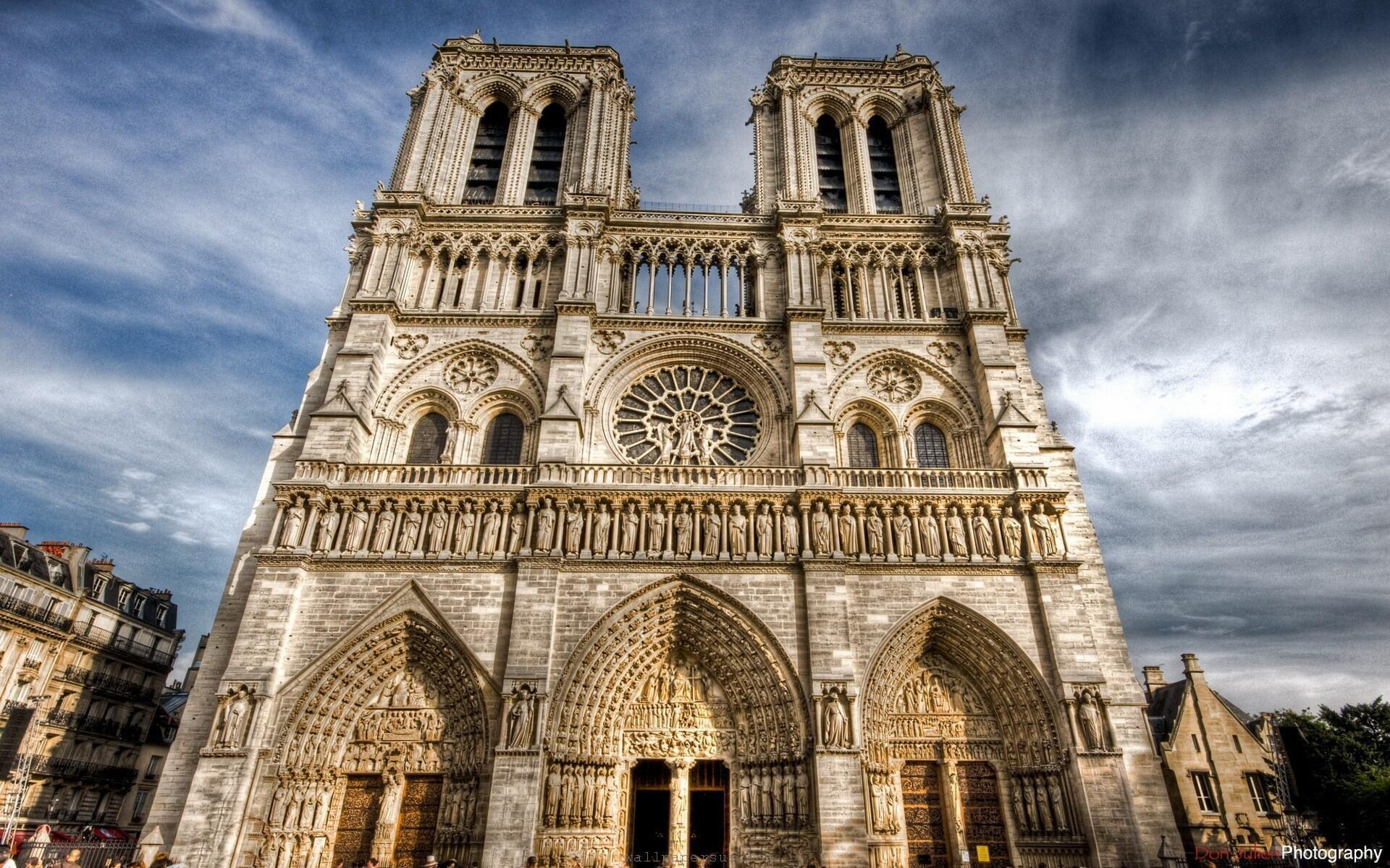 کلیسای نتردام در پاریس، از جمله کلیساهایی در فرانسه بود که ١۵ ماه اوت، در حمایت از مسیحیان خاورمیانه ناقوسش به صدا درآمد.
