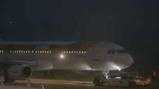 O avião com o ex-ditador panamenho Manuel Noriega deixa o aeroporto de Orly em Paris.