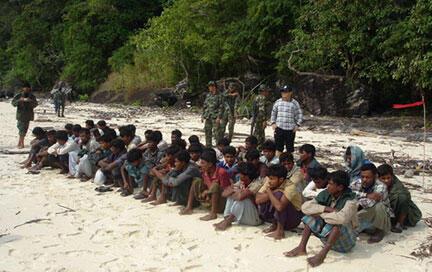 Một nhóm người tỵ nạn từ Miến Điện bị cảnh sát Thái Lan giữ tại đảo Koh Sai Baed (ảnh chụp năm 2008).