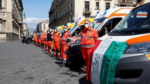 Lực lượng cứu hộ Ý trong lễ mặc niệm các nạn nhân dịch virus corona, tại Catania, Ý, ngày 31/03/2020