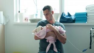 Um pai e seu bebê recém-nascido em uma maternidade de Nice, no sul da França. Foto de arquivo.