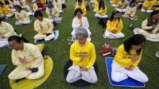 Các thành viên Pháp Luân Công tại Đài Bắc ngồi thiền để phản kháng nhân kỷ niệm 11 năm ngày Pháp Luân Công bị Bắc Kinh đàn áp, khiến tổ chức này sau đó phải rút vào bí mật.
