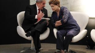 Lula da Silva y Rousseff charlan durante la ceremonia de los 10 años de Bolsa Familia, este 30 de octubre de 2013.