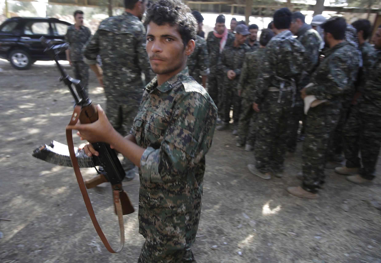 Voluntarios irakíes, pertenecientes a la minoría yazidí, en la base militar de Serimli, controlada por Unidades de Protección del Pueblo Kurdo, en Qamishli, en la frontera entre Irak y Siria.