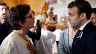 Le président français Emmanuel Macron face aux travailleurs hospitaliers lors de sa visite à l'hôpital de Rouen, en Normandie, le 5 avril 2018.