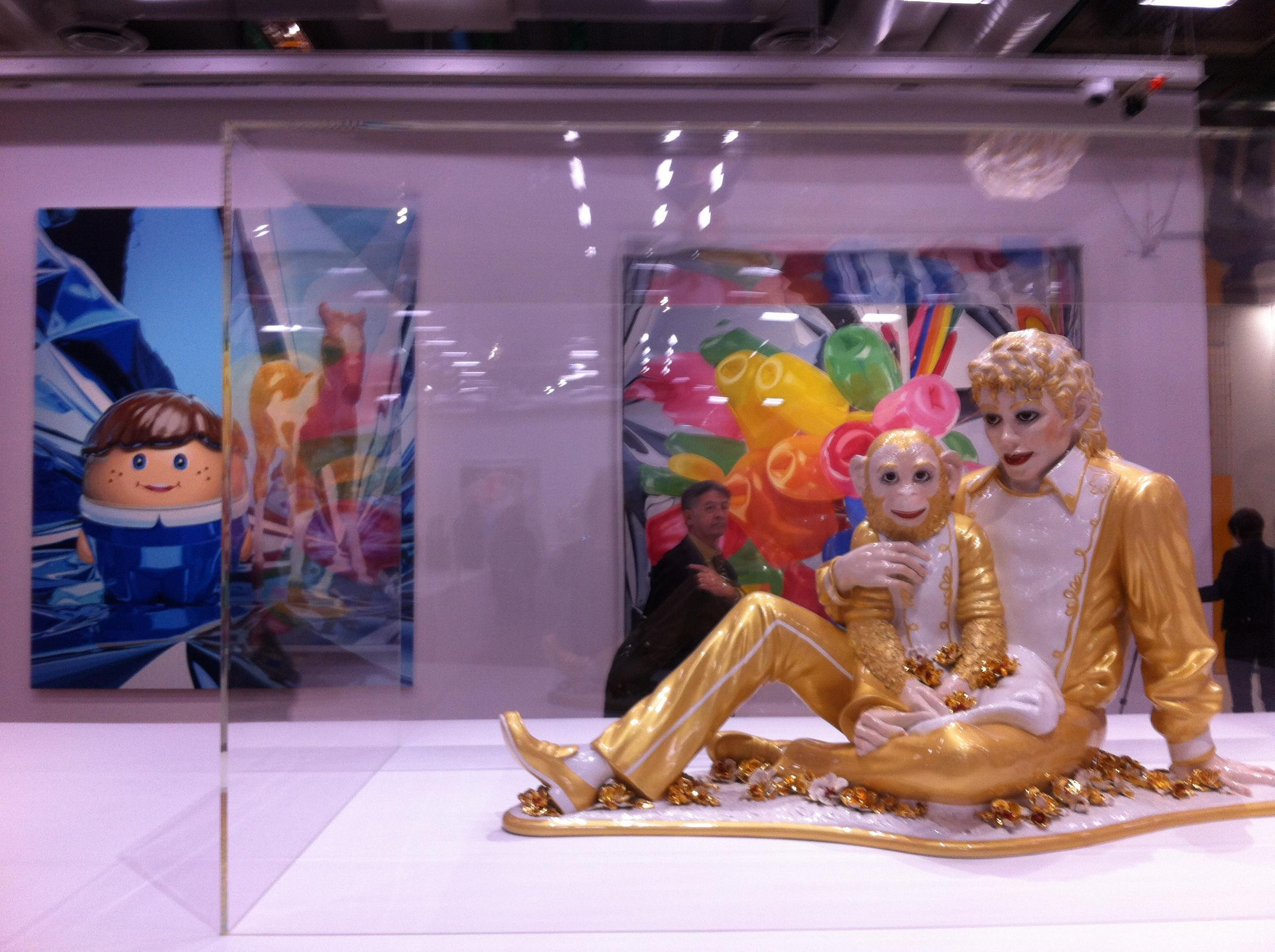 Michael Jackson and Bubbles (1998), porcelain, obra de Jeff Koons exposta na retrospectiva do Centro Pompidou.