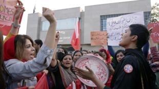Des femmes crient des slogans lors de la marche d'Aurat, la «marche des femmes» en ourdou, à Islamabad, le 8 mars 2020.