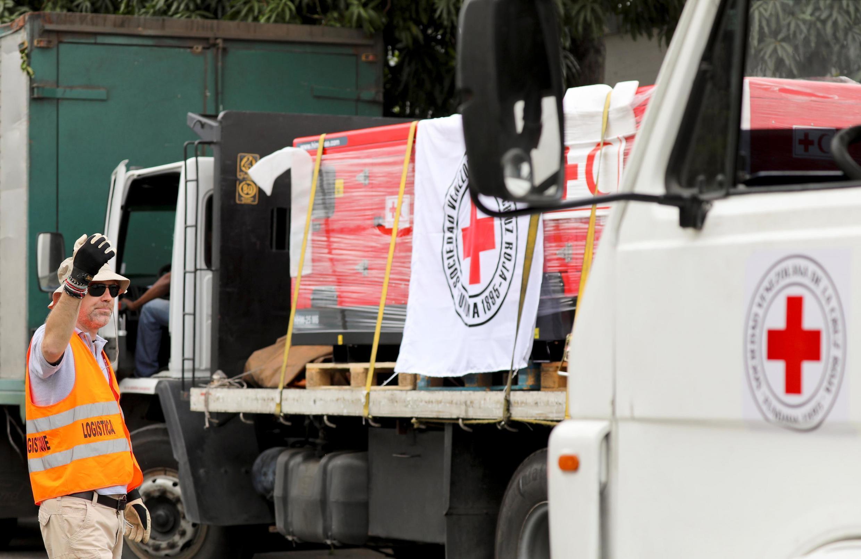 Một nhân viên đang chuyển hàng cứu trợ của Hội Chữ Thập Đỏ Quốc Tế vào kho, Caracas, Venezuela, ngày 16/04/2019.