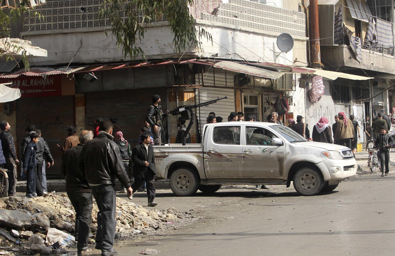 Membros do Exército Livre da Síria patrulham as ruas do país.