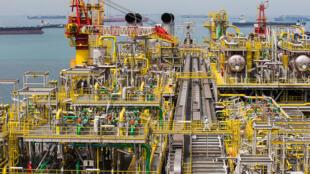 Le vaisseau de stockage et de déchargement de production flottant (FPSO) de Tullow Oil Plc embarqué au chantier Sembcorp Marine Tuas, à Singapour, le jeudi 21 janvier 2016.