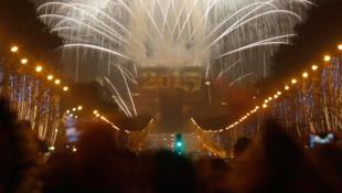 Espetáculo de luzes e imagens no Champs-Elysées encantaram turistas e franceses na chegada de 2015.