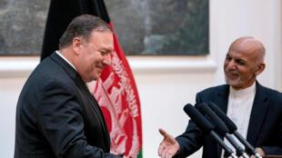 Le président afghan Ashraf Ghani (d) et le secrétaire d'Etat américain Mike Pompeo après une conférence de presse au palais présidentiel à Kaboul, le 9 juillet 2018.