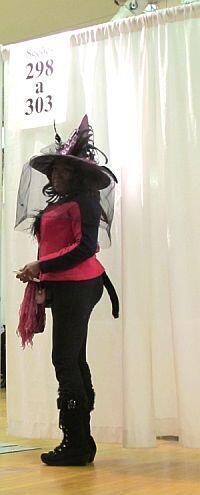 Eleitora vestida de bruxa vota no Consulado brasileiro em Nova York