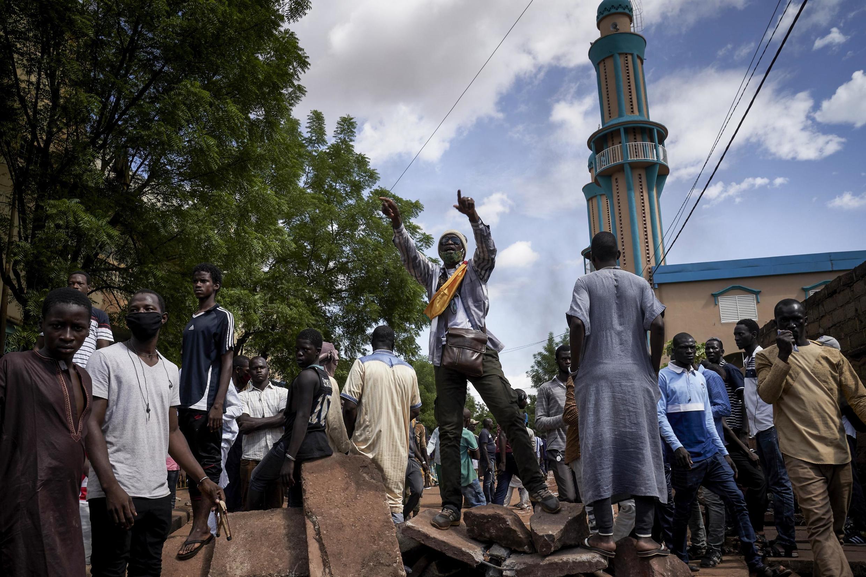 Waandamanaji katika wilaya ya Badalabougou huko Bamako Jumapili Julai 12, 2020.