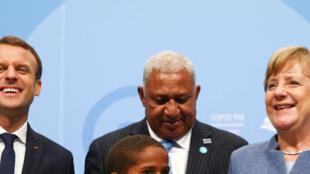 Le président français Emmanuel Macron, le Premier ministre des Fidji et président de la COP23 Frank Bainimarama, et la chancelière allemande Angela Merkel, le 15 novembre 2017 à Bonn.