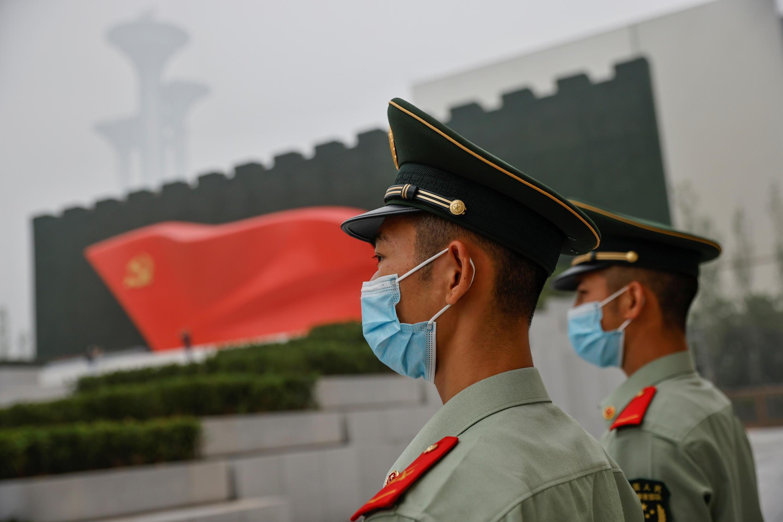 Agentes de la policía china vigilan el museo del PCCh que abrió sus puertas para el centenario del partido.