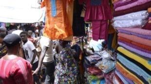 A l'originie le sukeru Koor (le sucre du ramadan), c'était un petit don de nourriture pour aider aux dépenses. Aujourd'hui beaucoup de femmes se sentent oboigées d'offrir des bijourx, des tissus ou d'importantes sommes d'argent..