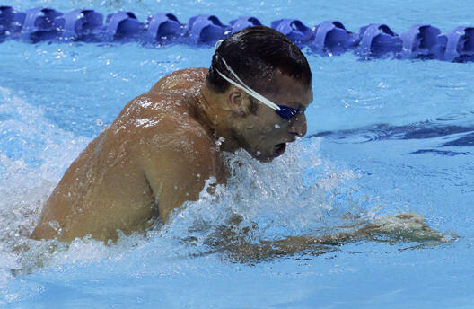 El nadador australiano Ian Thorpe, en el Mundial de piscina corta de Singapur, terminó segundo de la serie de los 100m con 57,74 segundos, detrás del colombiano Omar Pinzón.