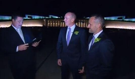 Imagem do primeiro casamento homossexual do australiano Stephen Dawson e seu marido Dennus Liddelow após o casamento em frente à Casa do Parlamento em Camberra.